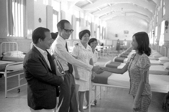 Toh Chin Chye pays a visit to the Woodbridge Hospital