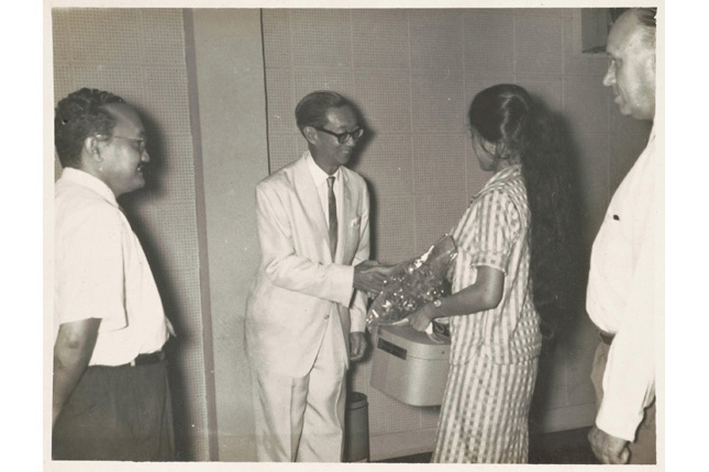 Loke Wan Tho at a prize giving ceremony